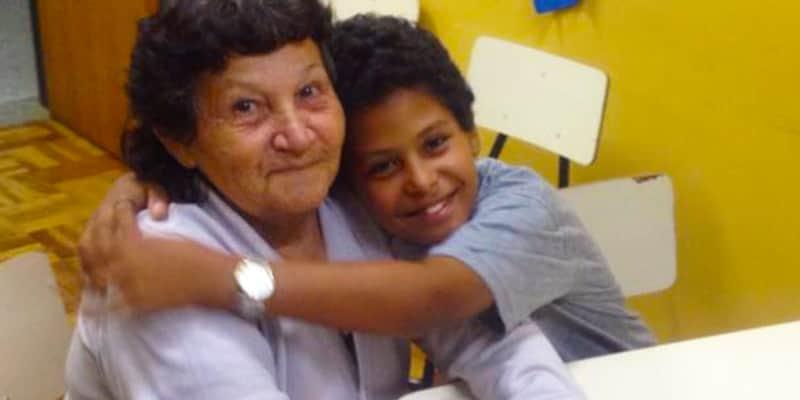 A faxineira de 66 anos que voltou a estudar para ajudar o neto nas lições de casa 1