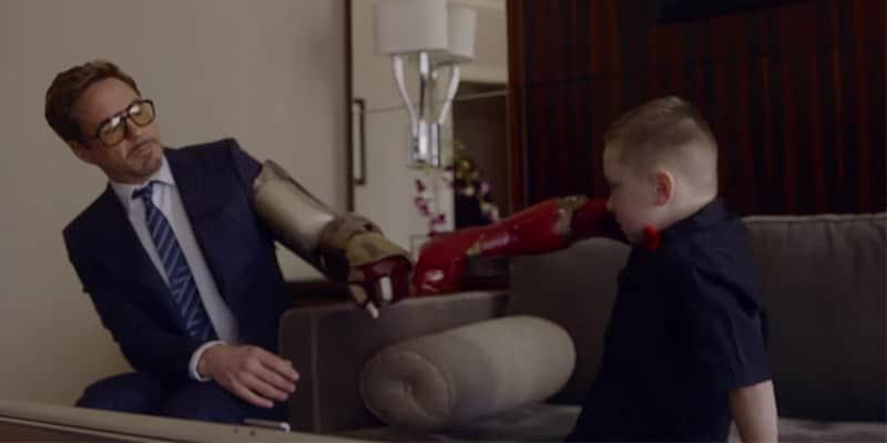 Robert Downey Jr. leva prótese da armadura do Homem de Ferro a garoto de 7 anos 1