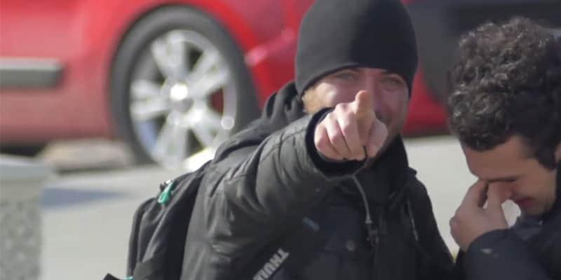 Em segredo, vizinhança inteira aprende língua de sinais para surpreender homem surdo 2