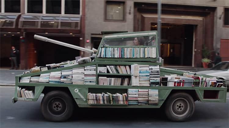 Artista argentino cria tanque de guerra munido da arma mais poderosa: livros 1
