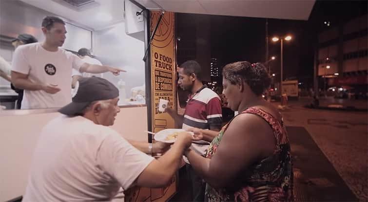 Nesse food truck, eles pegam alimentos que iriam para o lixo e transformam em refeições para moradores de rua 3