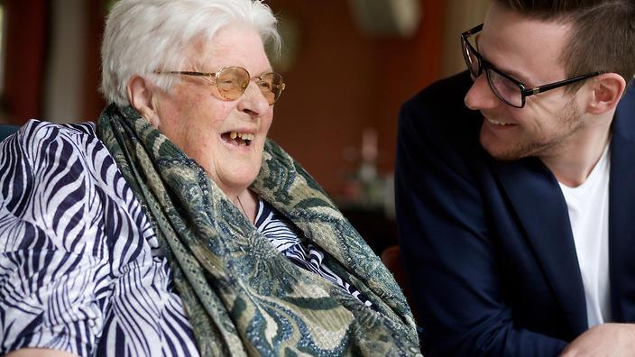 Student Jurriën Mentink samen met mevrouw van Beek in het woonzorgcentrum Humanitas in Deventer.