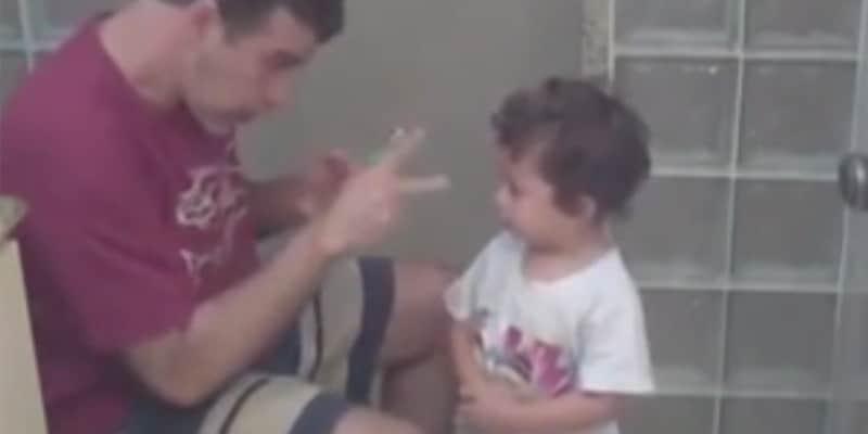 Vídeo com pai surdo ensinando o filho a escovar os dentes cativa internautas 2