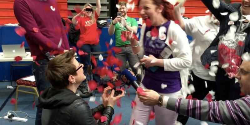 Garota propõe casamento à namorada, depois da aprovacão do resultado do plebiscito na Irlanda 1