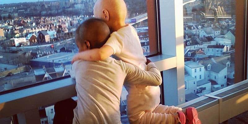 Foto de duas crianças com câncer se abraçando comove a internet 4