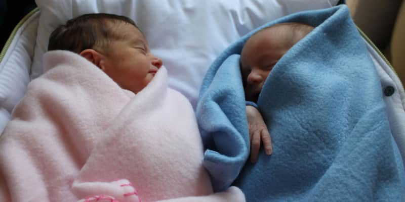 Mãe assume as duas crianças após constatação de troca de bebês na maternidade 1