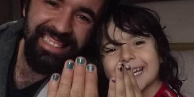 Os coleguinhas da escola chamaram ele de menininha porque gosta de pintar as unhas. Desde então seu pai agora faz o mesmo. 1