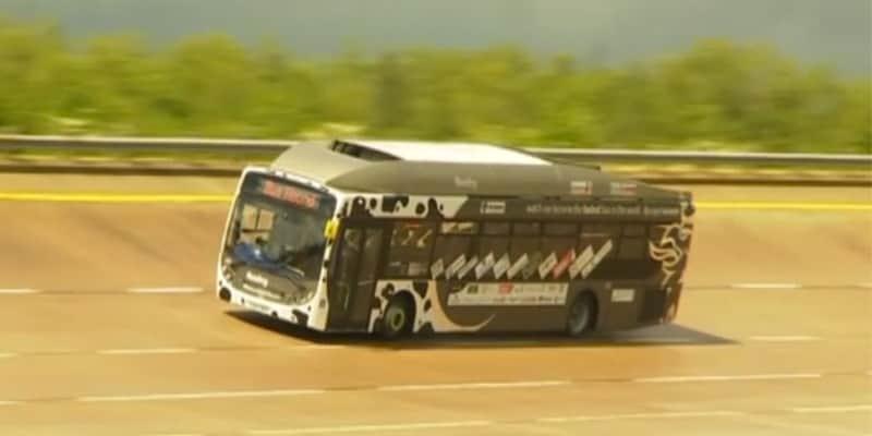 Esse ônibus, que é movido a cocô de vaca, acaba de bater o recorde de velocidade na Inglaterra 1