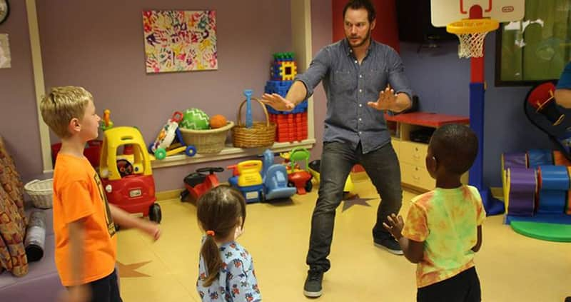 Chris Pratt visita hospital infantil e recria cena de Jurassic World 1
