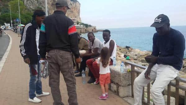 Enquanto polícia expulsa imigrantes menina italiana distribui doces 3