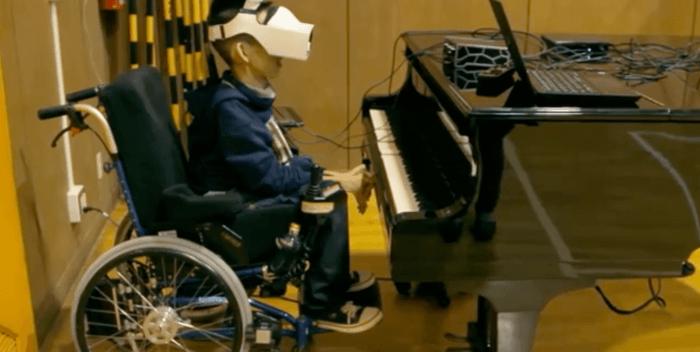 Aparelho permite que garoto com deficiência toque piano com piscar dos olhos 5