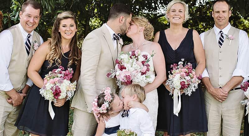 Dama de honra imita beijo de noivos em foto oficial de casamento 2