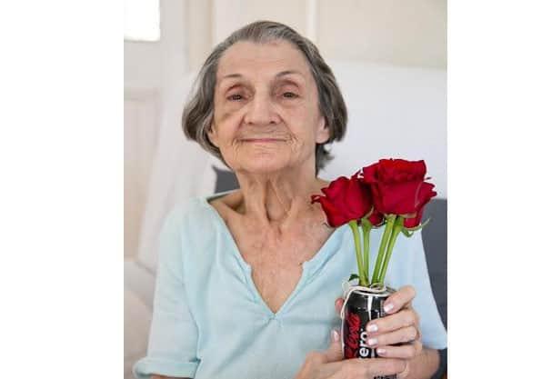 Moradora do Asilo Padre Cacique, em Porto Alegre, ganhou flores (Foto: Vini Dalla Rosa/ Divulgação)