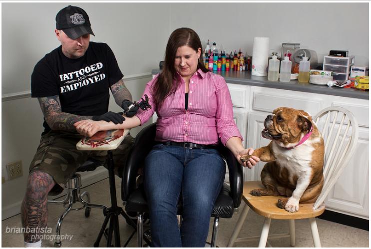 mulher-fazendo-tatuagem-com-apoio-cachorra
