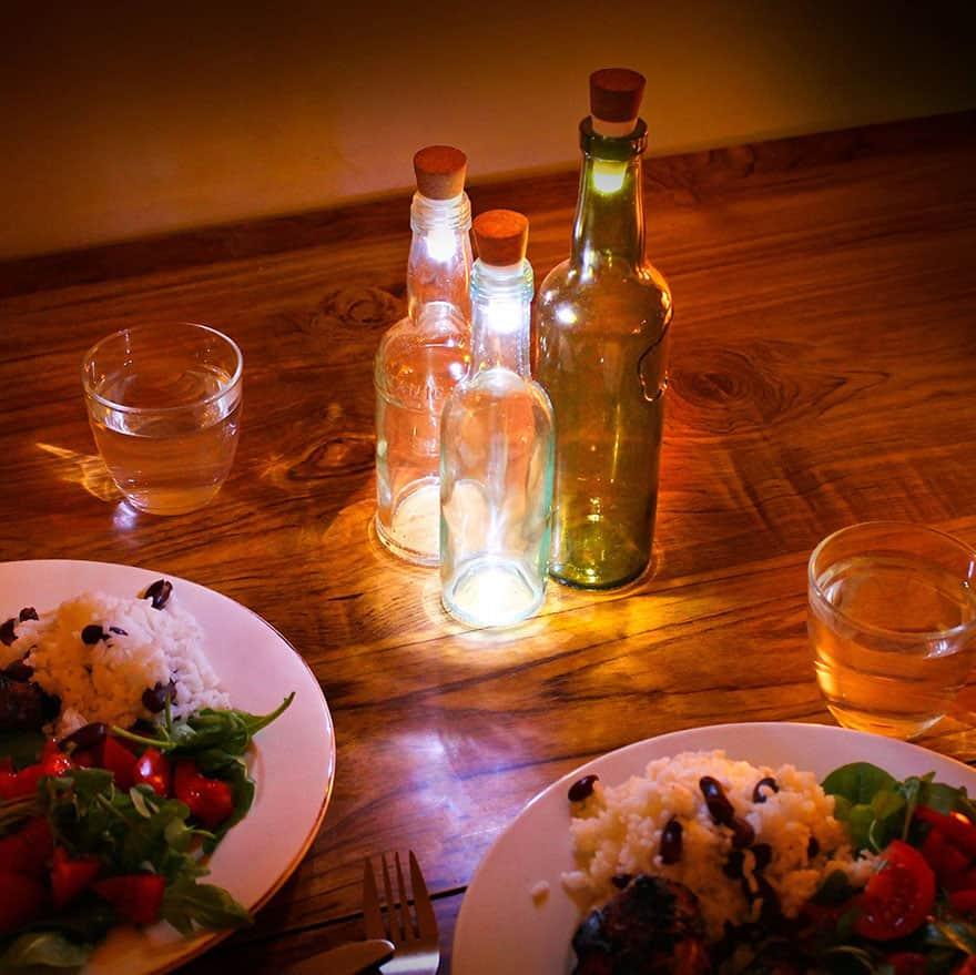 Transforme suas garrafas em luminárias com esse dispositivo recarregável 3