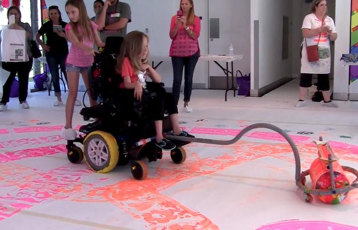 Incrível invenção de artista permite que crianças cadeirantes se divirtam pintando 3