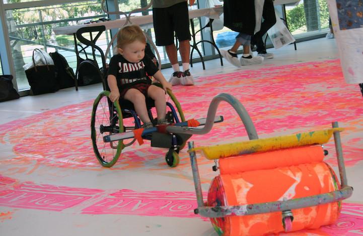 Incrível invenção de artista permite que crianças cadeirantes se divirtam pintando 5