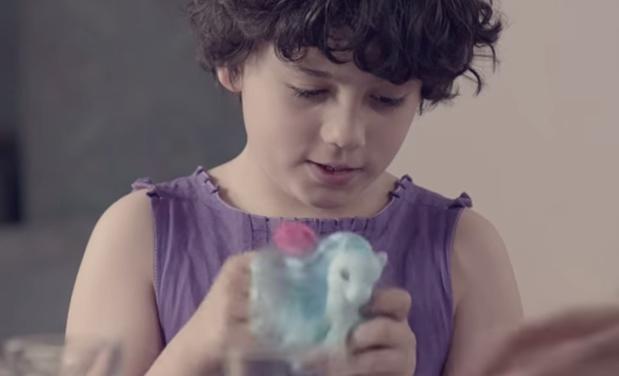 Com desfecho emocionante, vídeo mostra pai que não aceita filho usando vestidos 1