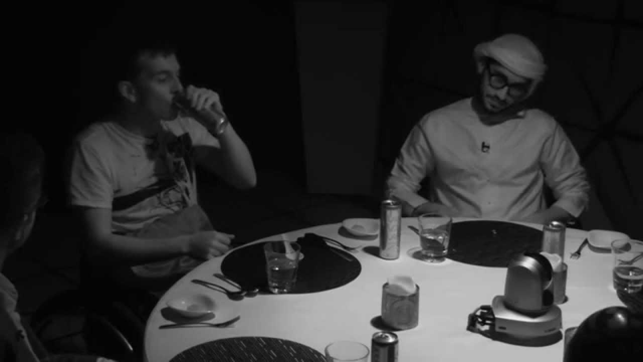 6 Homens comem juntos no escuro. O que acontece quando as luzes se acendem é surpreendente 3