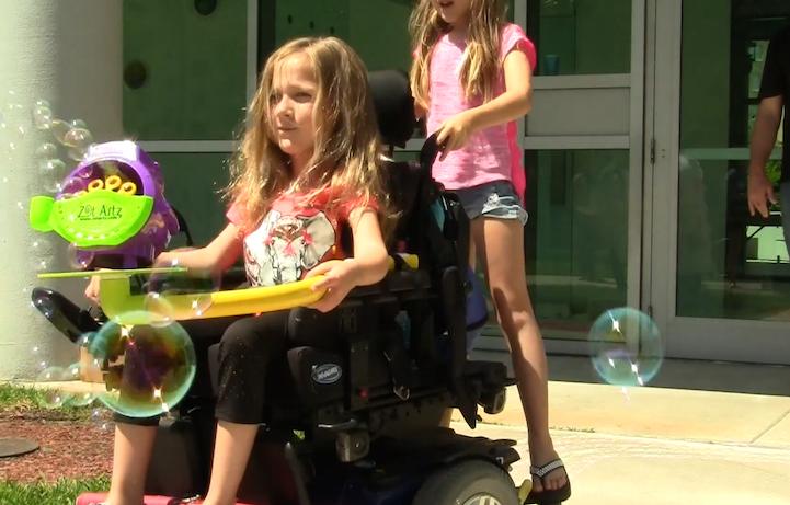 Incrível invenção de artista permite que crianças cadeirantes se divirtam pintando 6