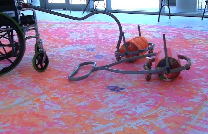 Incrível invenção de artista permite que crianças cadeirantes se divirtam pintando 2