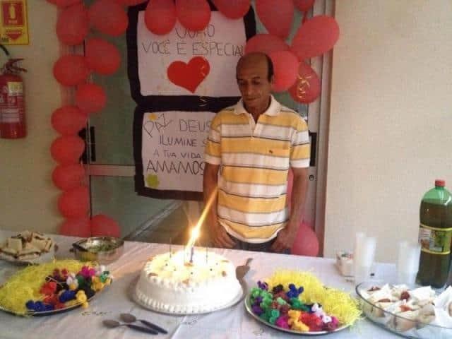 Morador ganha festa surpresa de vizinhos para comemorar um ano sem drogas 1