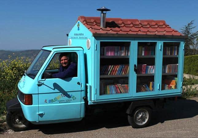 Adorável biblioteca sobre rodas leva livros para crianças na Itália que não tem acesso à leitura 1