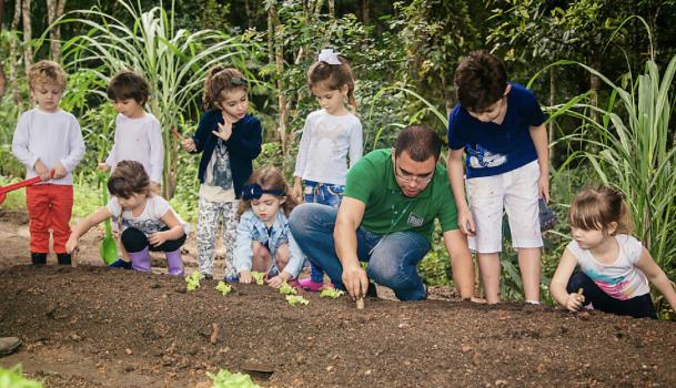 Crianças cultivam horta comunitária de 500 m² em condomínio de SC 1