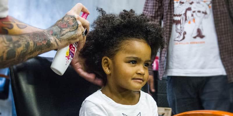 Eles aprendem a fazer penteados nas filhas e o resultado é pra rir e chorar