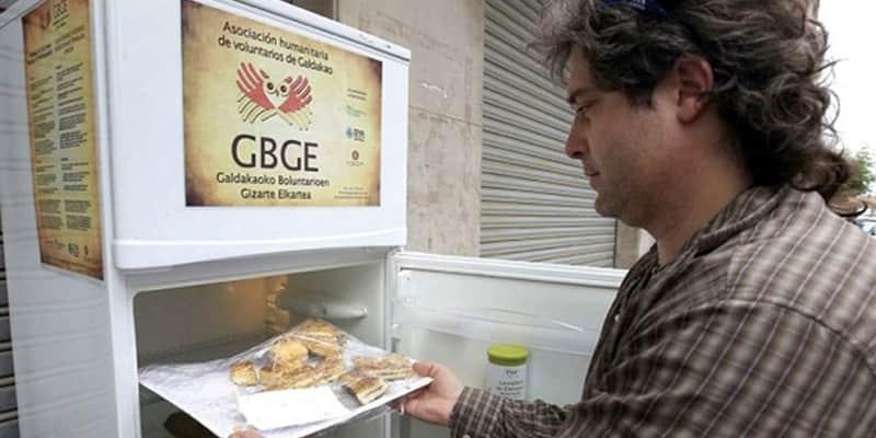 Geladeira na rua é abastecida com alimentos de restaurantes que não foram usados 2