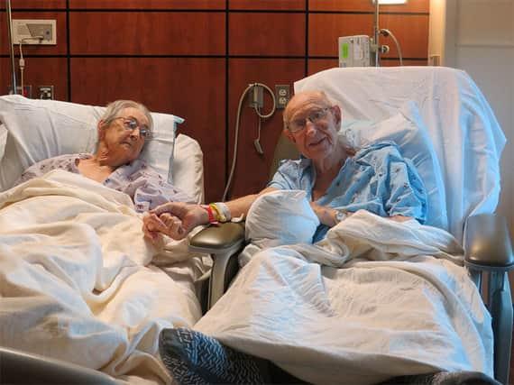 Hospital quebra as regras a coloca casal idoso junto no mesmo quarto 1