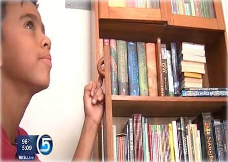 menino_livros_lixo_close_2