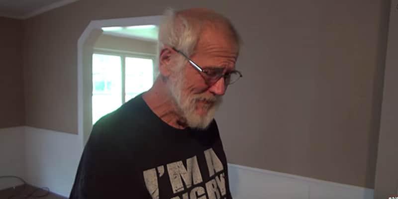Vovô conhecido por ser mal-humorado se desarma ao receber surpresa do filho 2