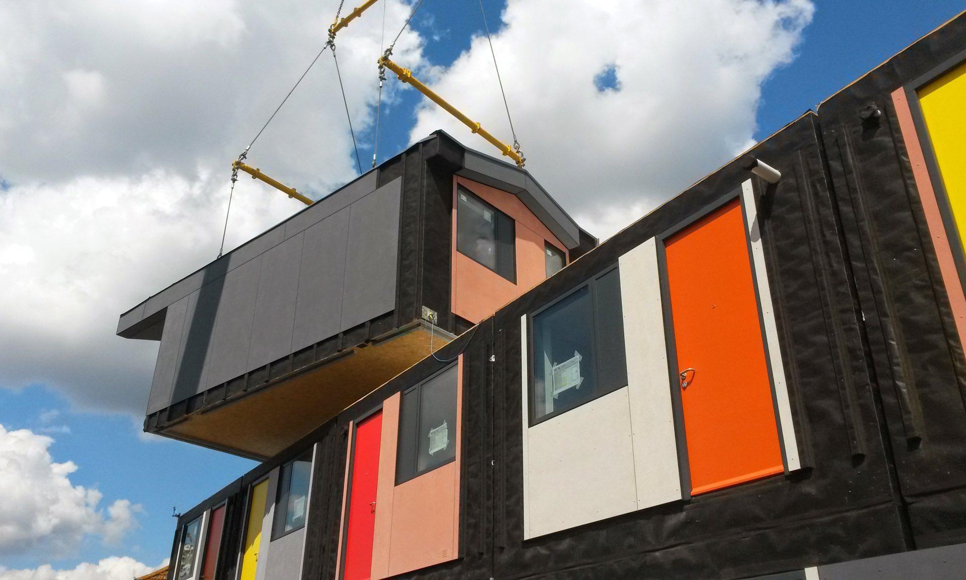 Os apartamentos empilháveis e coloridos feitos para ajudar desabrigados 1