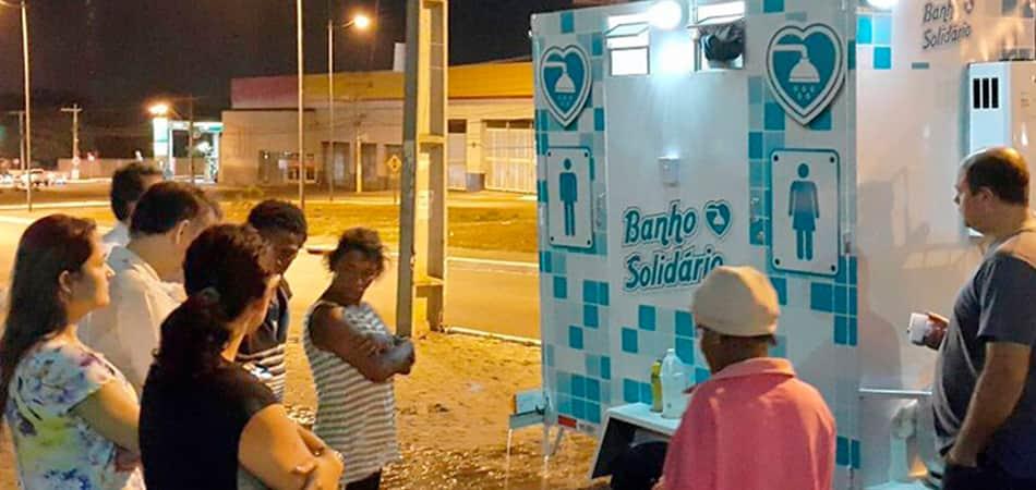 Empresário baiano cria banheiro itinerante para que moradores de rua possam tomar banho 1