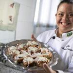 Depois de superar bullying, jovem com Down vira chef de cozinha 5