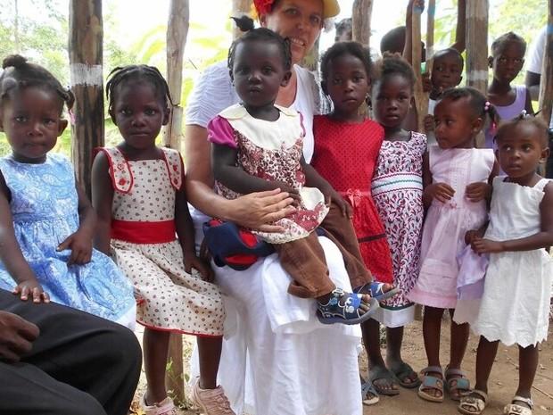 Moradora de SC costura vestidos para meninas órfãs do Haiti 2
