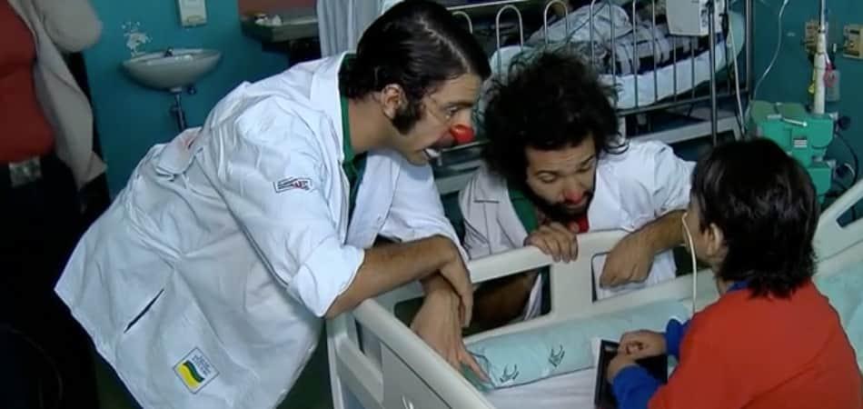 """Após um ano internado, menino de 6 anos recebe ajuda de palhaços para """"fugir"""" do hospital 3"""