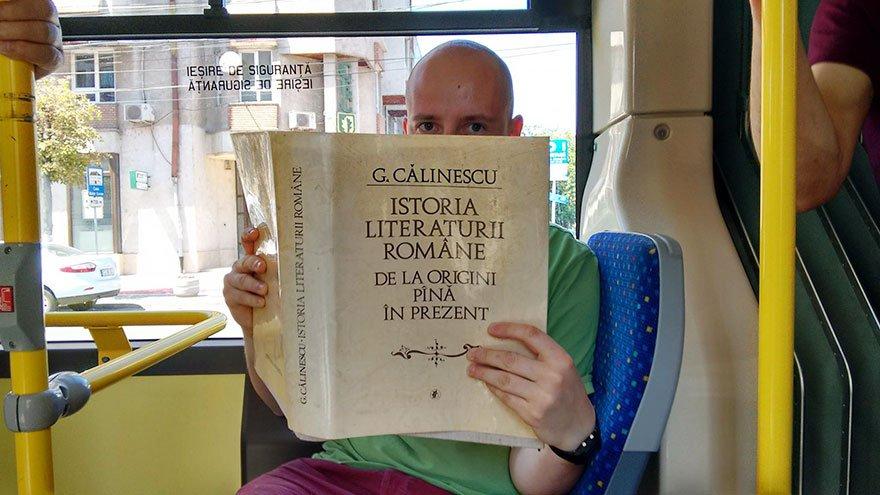 lendo-livro-onibus-03a