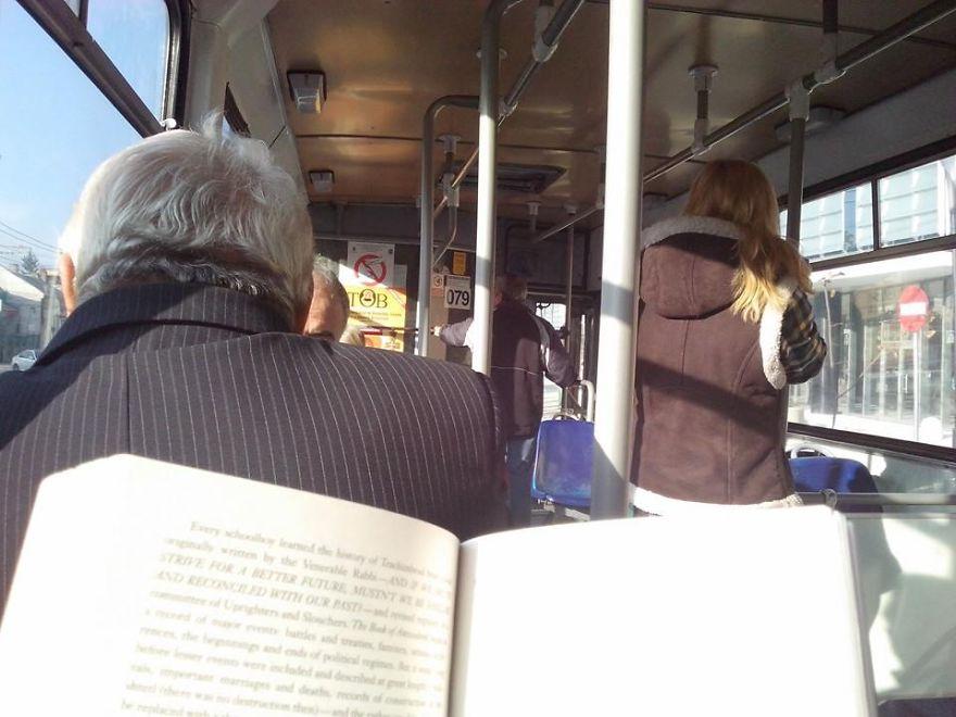lendo-livro-onibus-04a