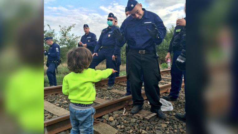 Criança refugiada submetida à revista oferece bolacha para guarda da fronteira 1