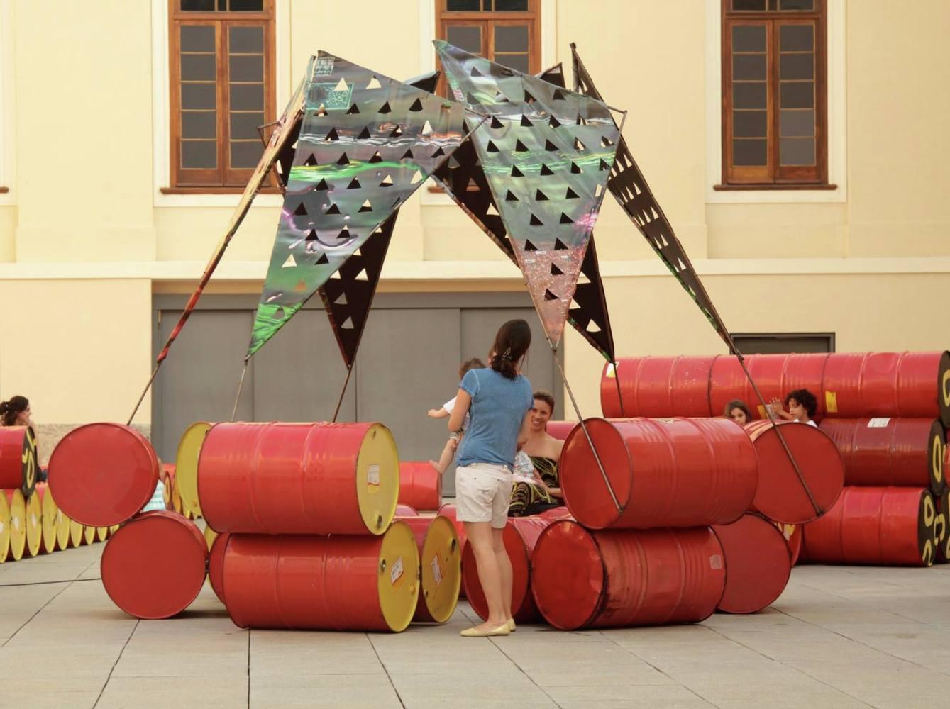 Coletivo cria playground no Rio com 200 tambores de óleo que iriam para o lixo 5