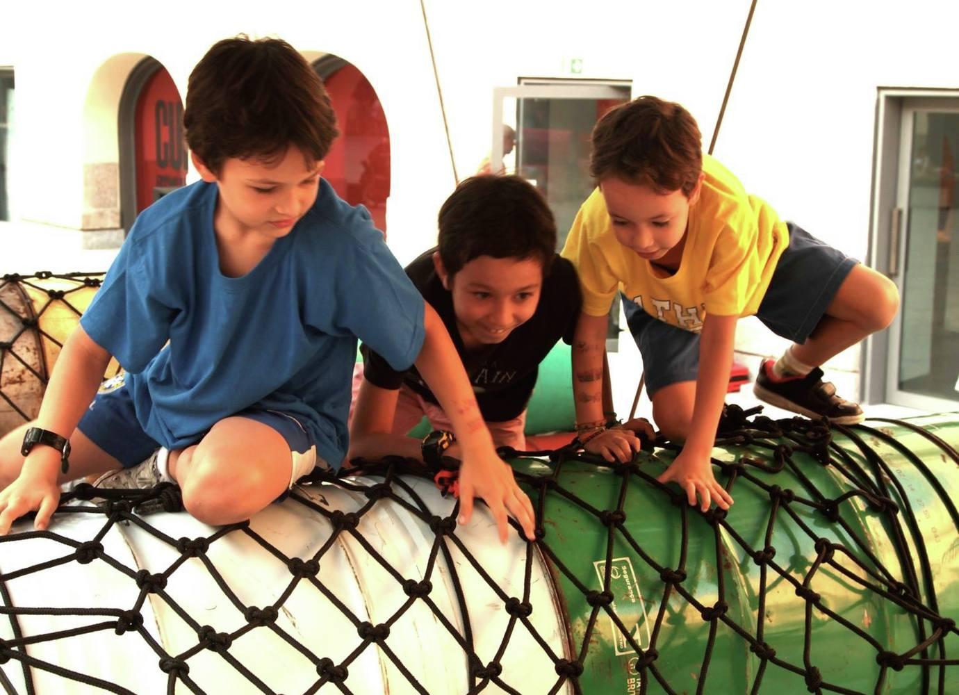 Coletivo cria playground no Rio com 200 tambores de óleo que iriam para o lixo 6