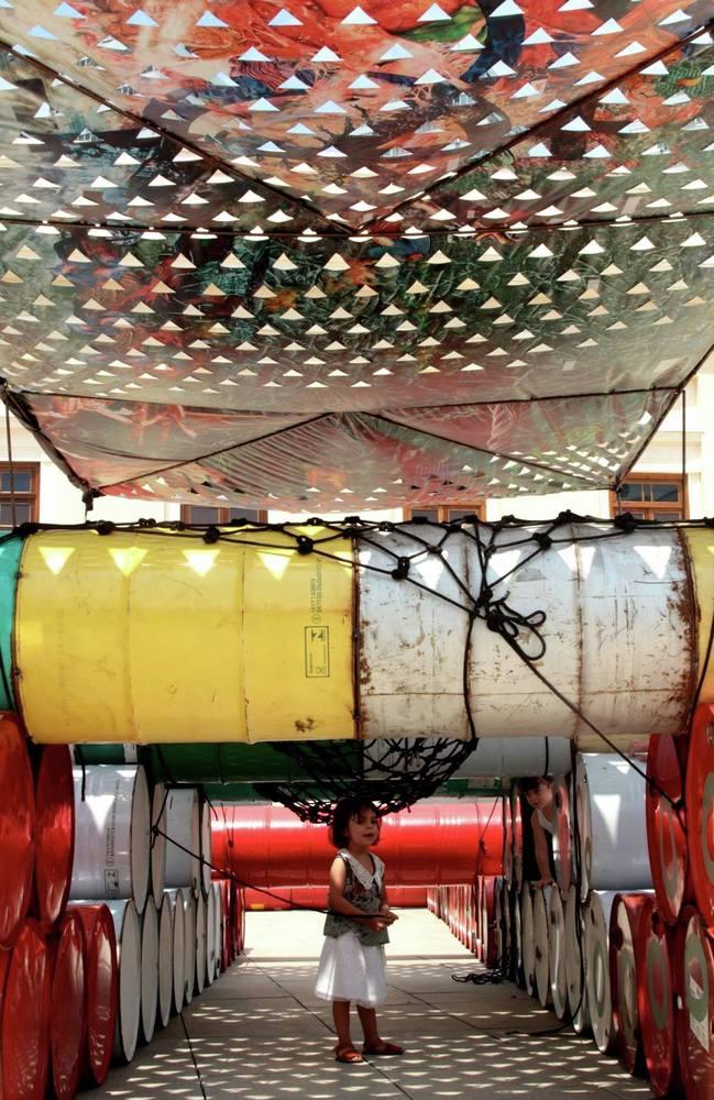 Coletivo cria playground no Rio com 200 tambores de óleo que iriam para o lixo 7