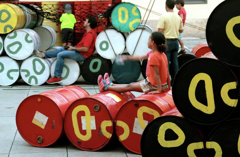 Coletivo cria playground no Rio com 200 tambores de óleo que iriam para o lixo 8