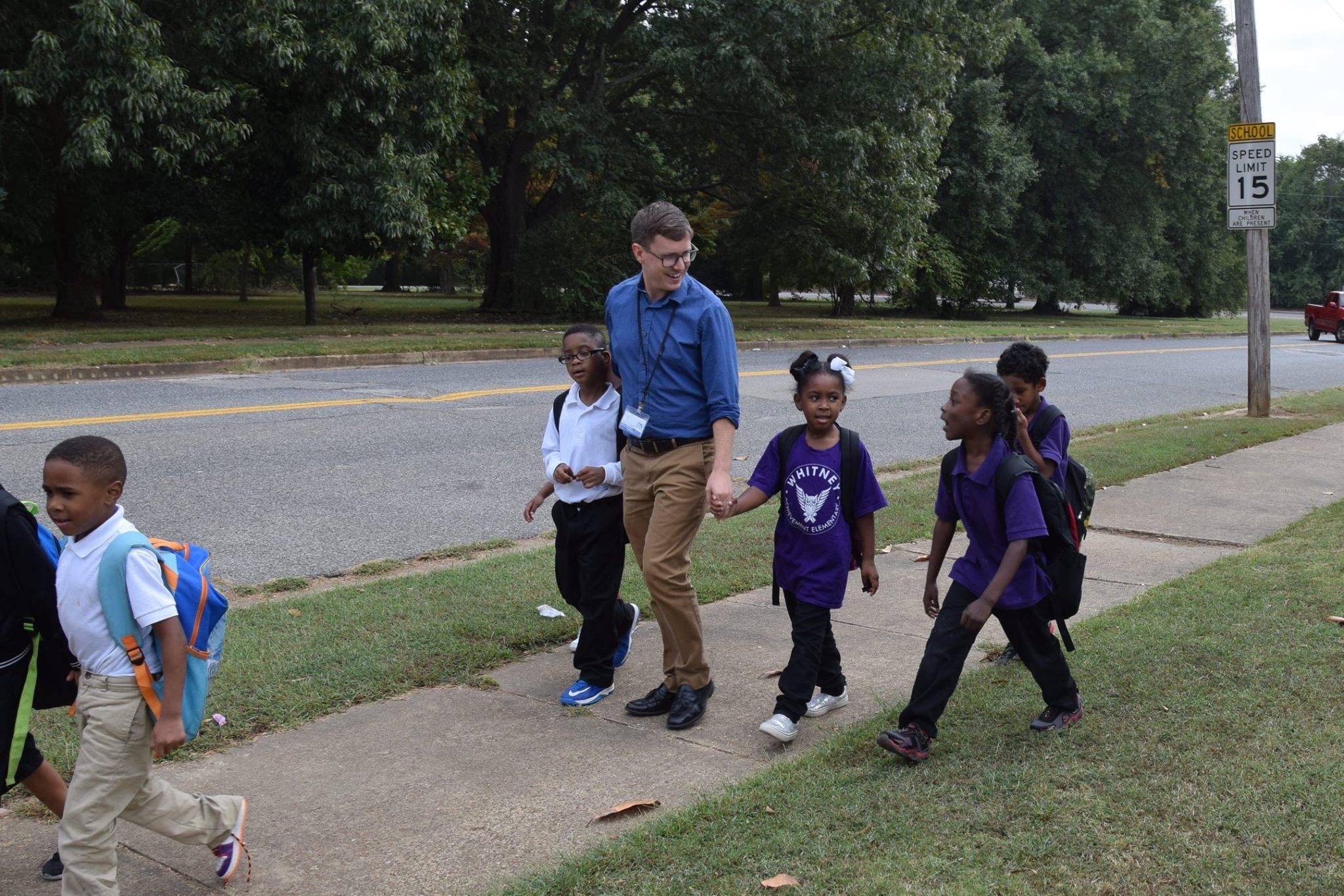 Após a aula, este professor leva seus estudantes em segurança para suas casas 2