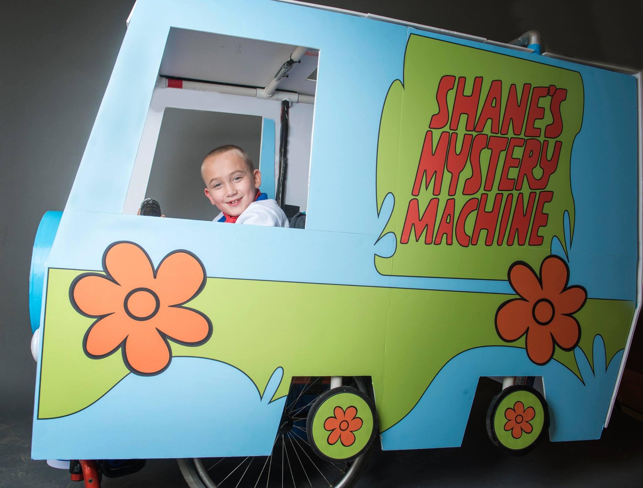 Pai começou customizando fantasia para filho cadeirante e agora tem ONG para atender mais crianças 3