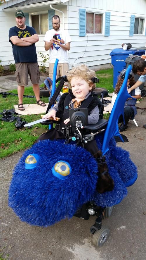 Pai constrói fantasias de Halloween incríveis para crianças de cadeira de rodas 1