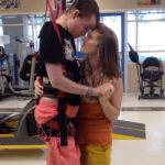 homem tetraplégico dança com esposa