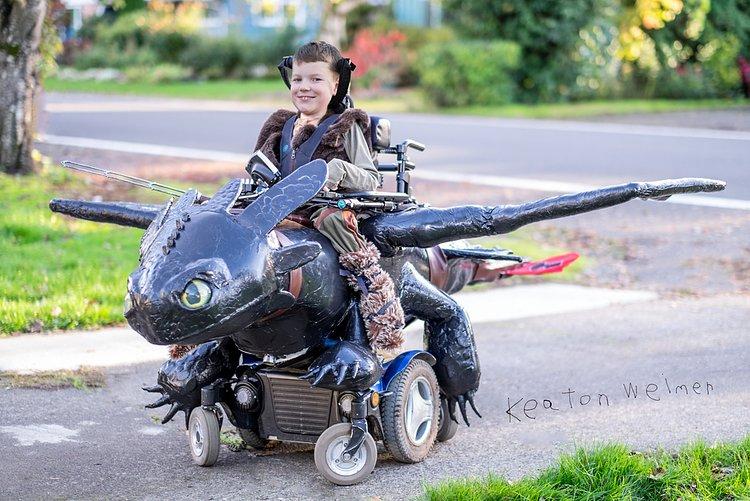 Pai constrói fantasias de Halloween incríveis para crianças de cadeira de rodas 4